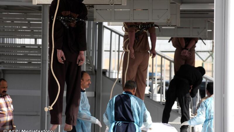 Imagine greu de privit: 3 criminali, executati public in Kuweit. Ultima dorinta a fost o tigara