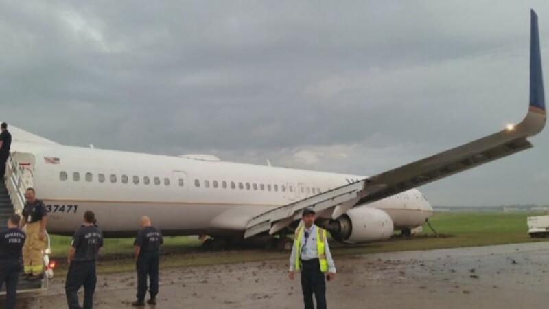 Incident aviatic pe aeroportul din Houston, SUA. Un avion a iesit de pe pista, dupa o manevra gresita
