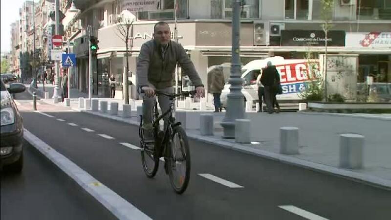 Pista de biciclisti de pe Calea Victoriei a fost oficial deschisa, desi e folosita de luni bune. Ce surprize apar pe traseu