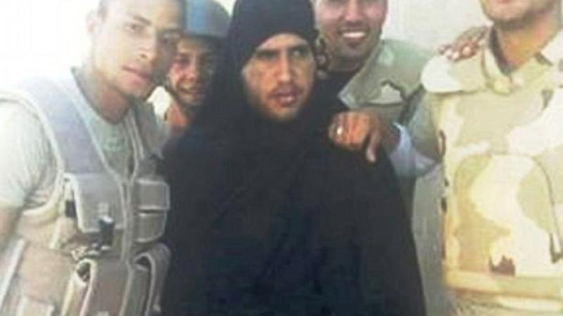 Soldatii egipteni au prins un jihadist al Statului Islamic care planuia sa fuga deghizat in femeie. Cum l-au umilit