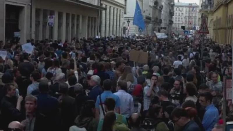 Universitatea lui Soros din Budapesta, amenintata cu inchiderea. Mii de maghiari au protestat in fata sediului cladirii