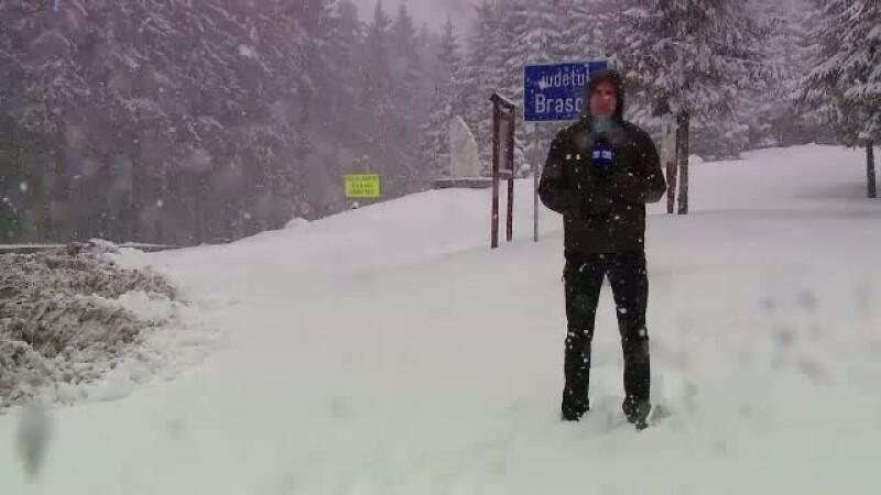 Iarna a revenit in forta la munte. Mai multe TIR-uri au derapat pe DN1 si au ajuns in sant