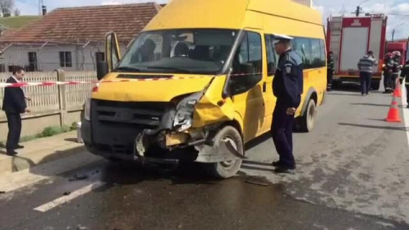 Sapte raniti, dupa ce un autoturism a lovit un microbuz in care se aflau elevi. Soferului i s-ar fi facut rau la volan