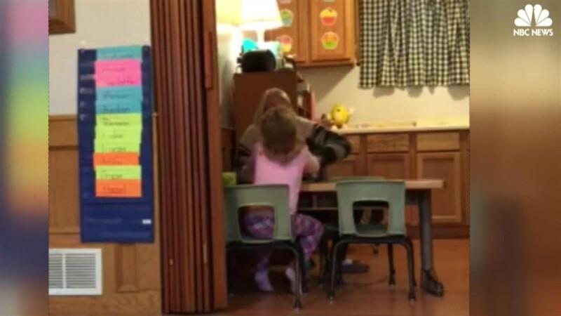 Imagini scandaloase filmate intr-o cresa din SUA. O angajata agreseaza o fetita de 4 ani. VIDEO