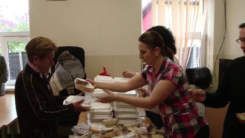 Sarbatorile au venit si pentru 90 de oameni sarmani din Cluj, care au primit alimente de la voluntari: