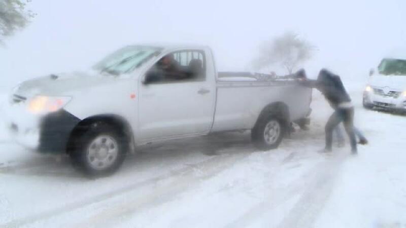 Haos pe drumuri, in aer sau pe calea ferata din cauza viscolului. Lista drumurilor inchise si a zborurilor anulate