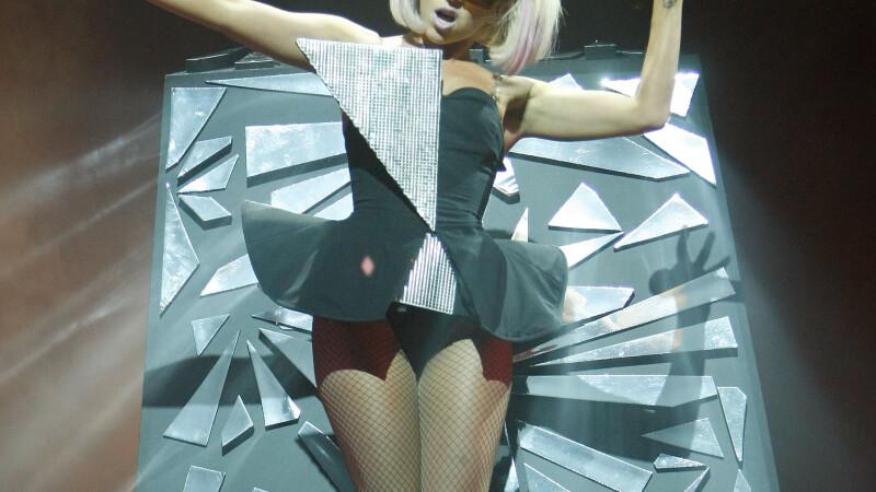 Lady GaGa face fata singuratatii cu ajutorul vibratorului