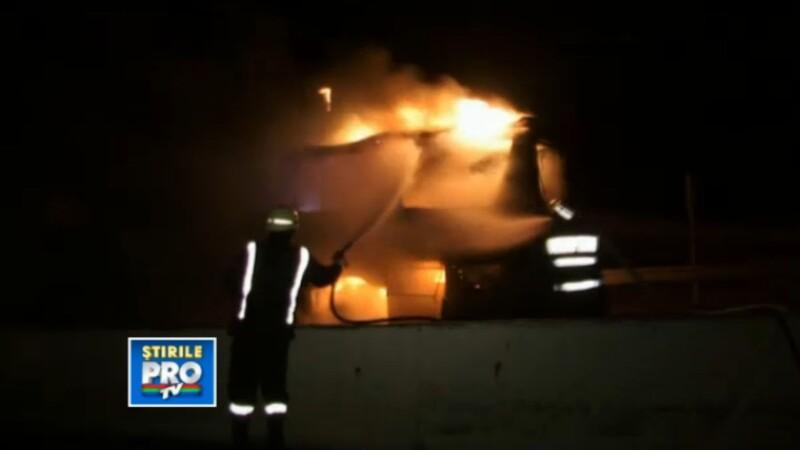 Un autocar ce transporta 50 de oameni a ars ca o torta, aseara, la cativa kilometri de Turda