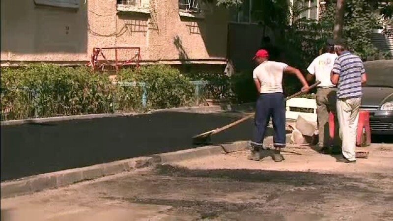 CAMERA ASCUNSA: Cat costa sa-ti asfaltezi curtea cu muncitorii care lucreaza la strazile bucurestene