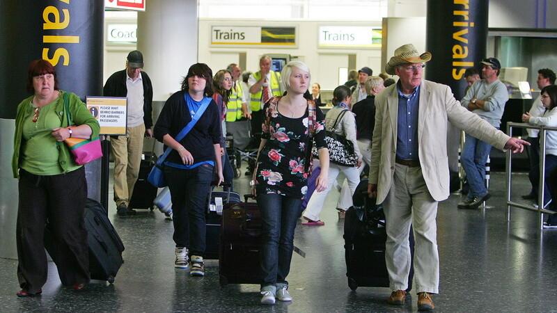 Epidemie de Ebola. Panica pe un aeroport din Londra din cauza unei femei care venea din Africa, decedata dupa aterizare