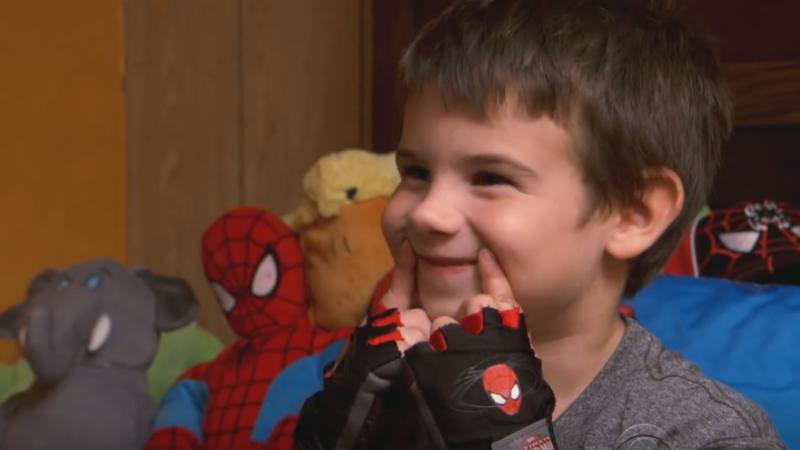 La doar 6 ani, a ramas orfan si a inceput o misiune emotionanta. Gestul unui baietel din SUA le aduce lacrimi in ochi tuturor