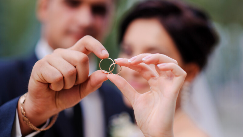S-a casatorit cu o fata pe care abia o cunostea si s-au mutat cu fostul ei coleg de apartament. Ce a urmat pentru cei 2 soti