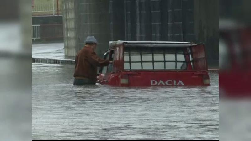 O ploaie de cateva zeci de minute a inundat orasul Focsani. Masinile au ramas blocate in apele adanci de un metru