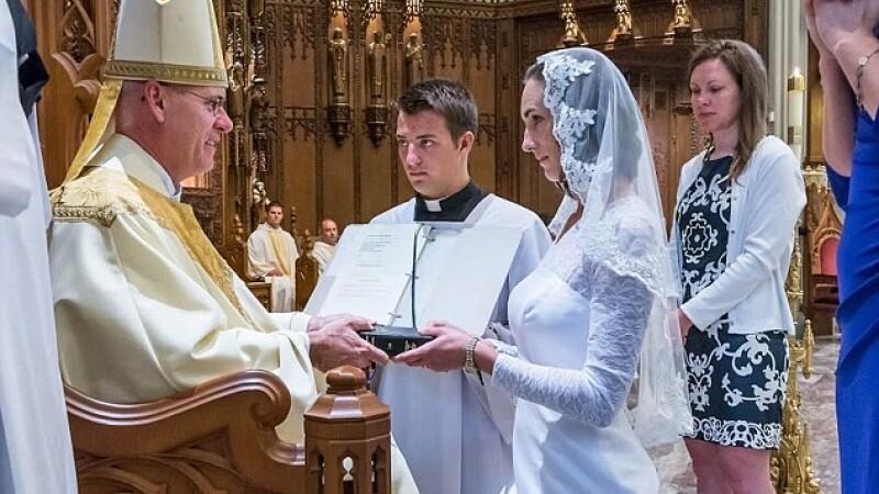 Are 38 de ani, e virgina, iar nunta ei a ajuns in presa internationala. Cu cine s-a casatorit o profesoara din SUA