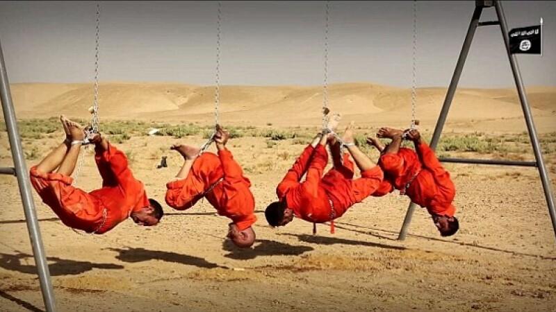 Imagini terifiante publicate de Statul Islamic. Jihadistii au legat cu lanturi patru luptatori siiti, apoi i-au ars de vii