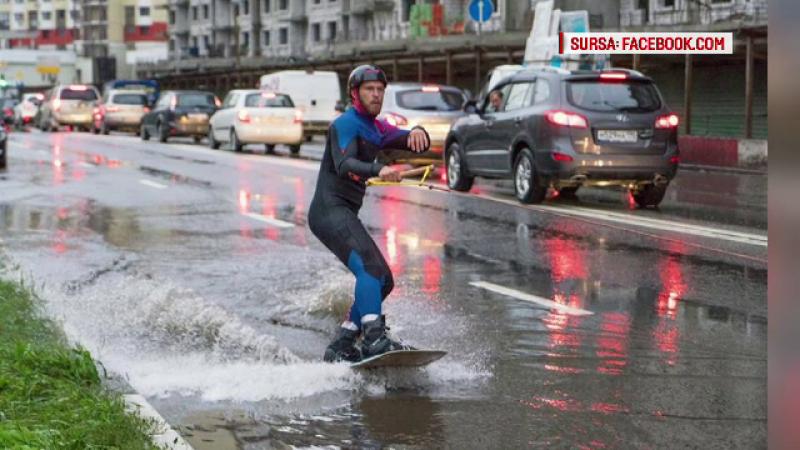 Moscova, lovita de cele mai puternice ploi din ultimii 130 de ani. Un tanar a facut surf pe strazile inundate. FOTO