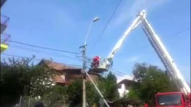 A fost carbonizat instantaneu in timp ce repara un stalp de electricitate. Cine ar fi trebuit sa faca lucrarea