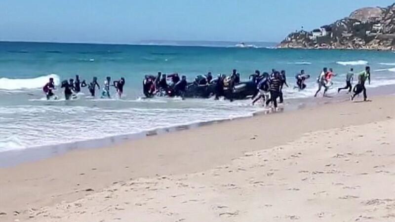 Momentul in care o barca cu imigranti africani ajunge pe o plaja spaniola. Ce au facut imediat dupa ce au ajuns pe uscat