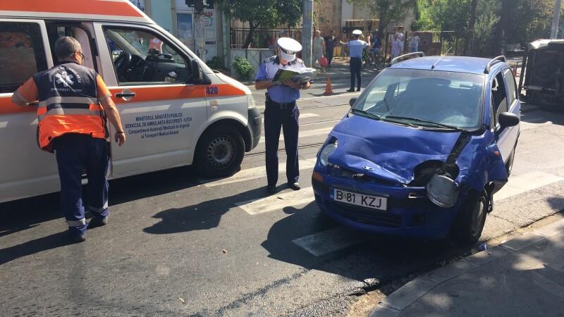Accident spectaculos după ce o autoutilitară a trecut pe roșu în Capitală. FOTO