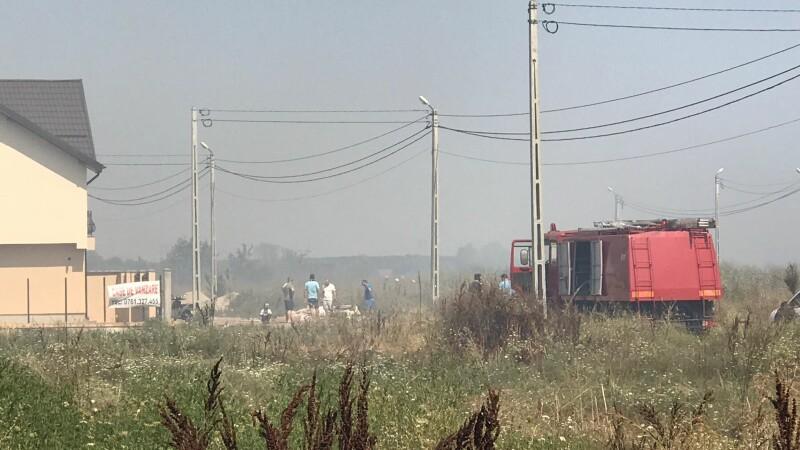 Incendiu de vegetaţie la Frumuşani, lângă un cartier rezidenţial
