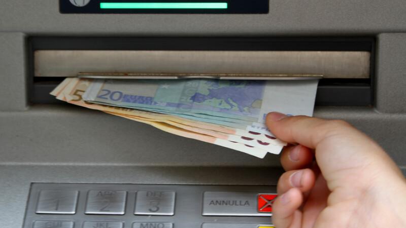 persoana care retrage bani de la bancomat in italia