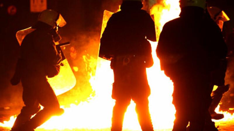 Valul de violente ia amploare in Grecia. Zeci de tineri au fost raniti