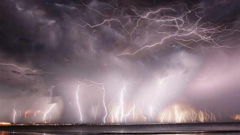 O furtuna violenta a facut ravagii in Australia. Imaginile surprinse de un fotograf par desprinse dintr-un film SF