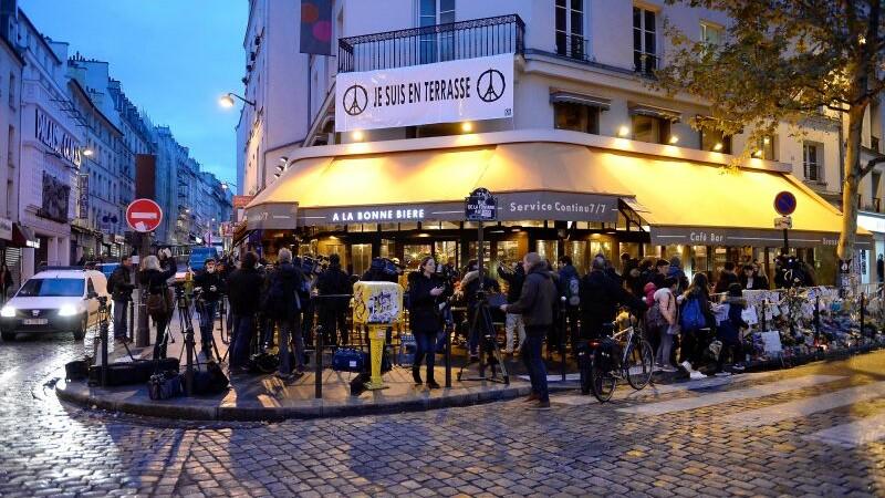 Cafeneaua in care au murit 5 oameni in timpul atentatelor din Paris a fost redeschisa. Mesajul emotionant al proprietarilor