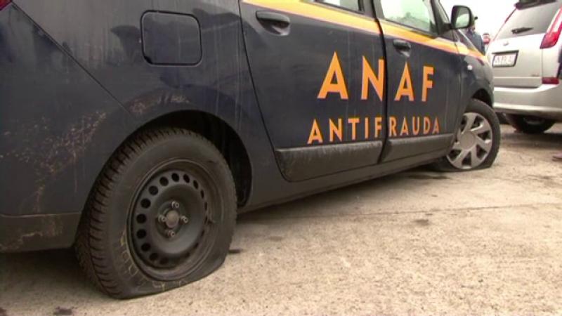 Proteste violente in Focsani fata de controalele ANAF. Comerciantii au taiat cauciucurile unei masini a Fiscului