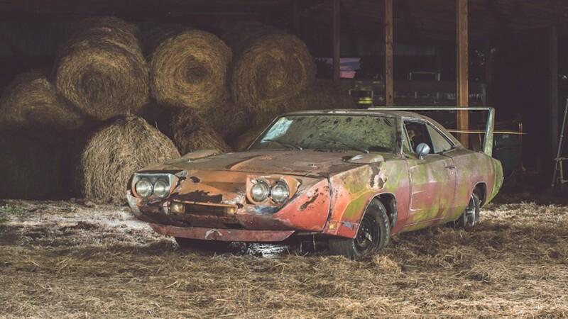 Au tinut o masina veche timp de 30 de ani intr-un hambar. Ce au descoperit proprietarii dupa ce au pus-o in vanzare
