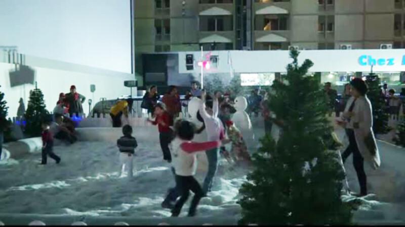 Cum arata Craciunul in Dubai. Copii care nu au vazut niciodata zapada se bat cu bulgari