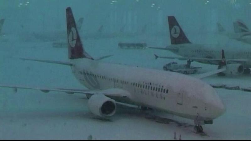 Ninsorile abundente creeaza panica in Turcia. Zeci de zboruri au fost anulate, iar localnicii sunt sfatuiti sa stea in case