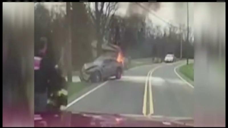 Interventia spectaculoasa a unui pompier din SUA. Momentul in care a salvat un barbat dintr-o masina cuprinsa de flacari