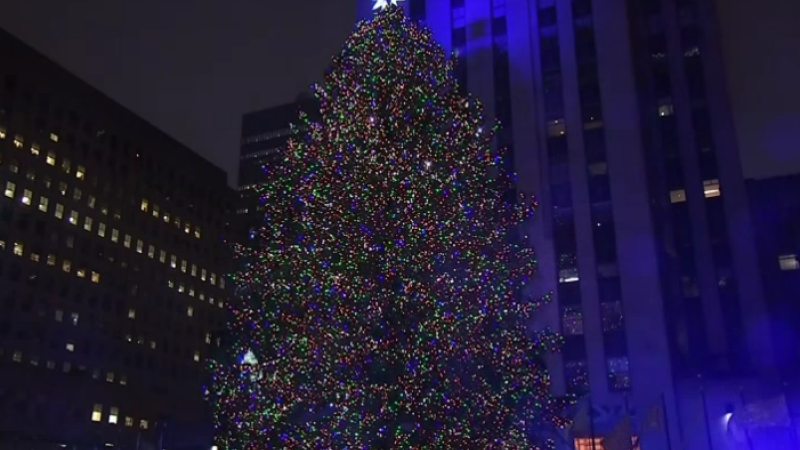 Luminile bradului de Craciun de la Rockefeller Center din New York au fost aprinse. Steaua din varf are 25.000 de cristale