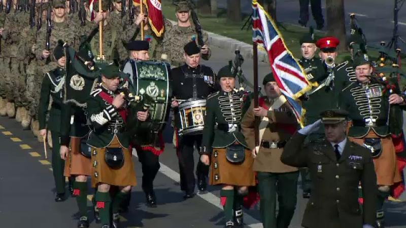 Celebrii cimpoieri si tobosari din Regimentul Regal Irlandez au facut o demonstratie si vineri.