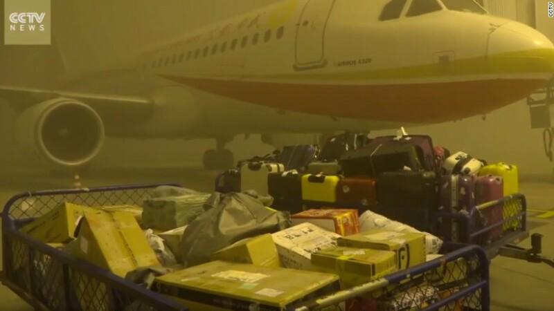 Peste 20.000 de pasageri blocati pe un aeroport din China din cauza smogului. Calitatea aerului,