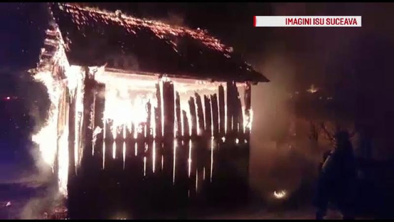 Incendiu puternic intr-un sat din Vatra Dornei. O casa a fost arsa complet, iar oamenii au iesit in strada de frica