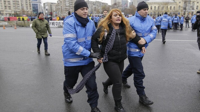"""Mărturia tinerei care a fost ridicată de jandarmi din Piața Victoriei: """"M-au strâns de gât cu eşarfa, m-au tras de păr"""""""