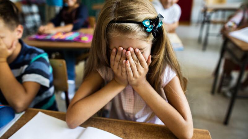 Scandal la o școală din Botoșani. Profesoară de română, acuzată că pasează orele bibliotecarei