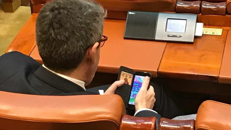 Cum a fost filmat în Parlament un deputat PSD în timpul ce USR-iștii protestau
