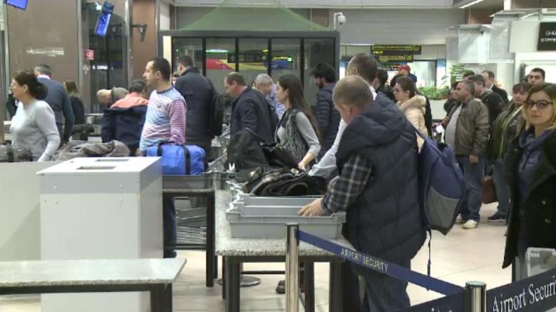 Companiile aeriene vând mai multe bilete decât locuri, de sărbători. Cum pot câștiga pasagerii