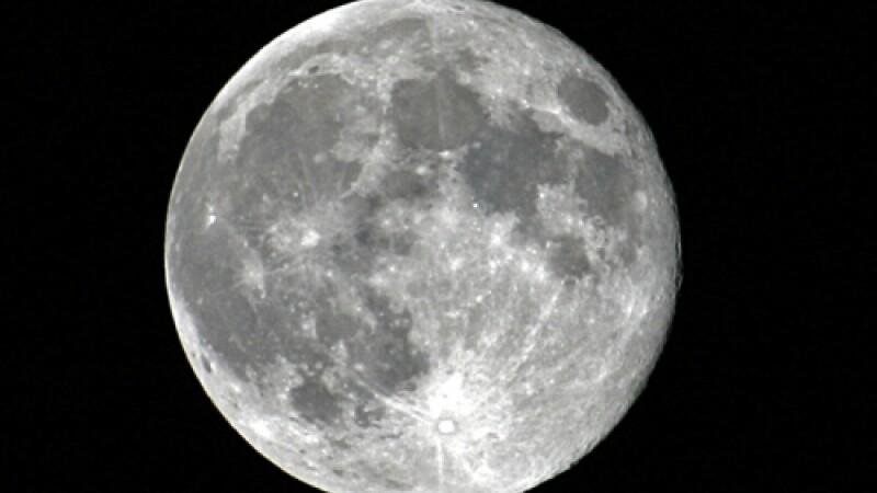 Luna contine de 100 de ori mai multa apa decat se credea pana acum
