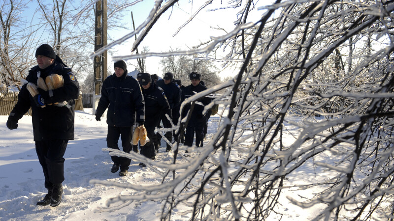 Jandarmii, singura speranta a batranilor din Braila prinsi sub troienele de zapada