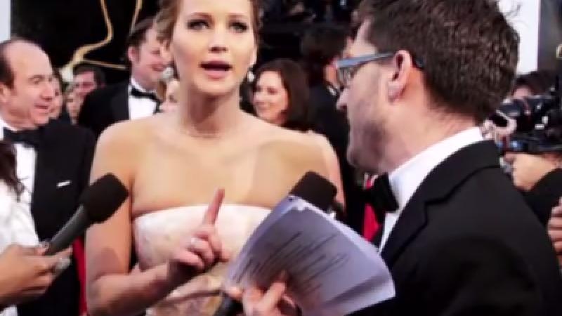 Huffingtonpost.com: Jennifer Lawrence, surprinsa in timp ce fuma o