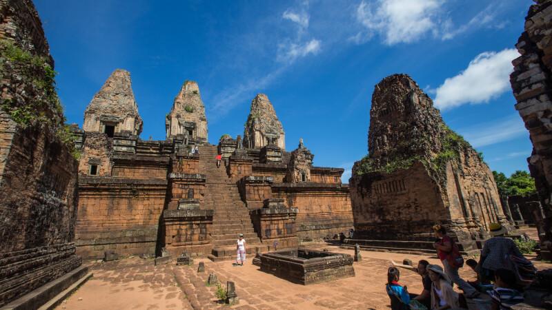 Doua surori si-au facut poze nud intr-un templu sacru din Cambodgia. Ce risca acum femeile