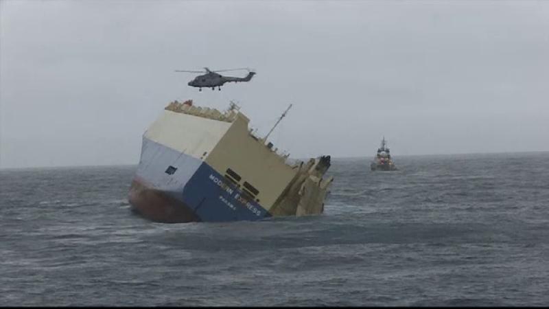 Autoritatile franceze incearca sa aduca la mal un vas care se scufunda. Ce se afla la bordul navei