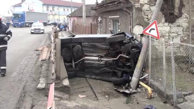Noroc incredibil pentru un sofer din Dej. A scapat teafar dupa ce masina sa a rupt un parapet,un stalp si s-a izbit de o casa