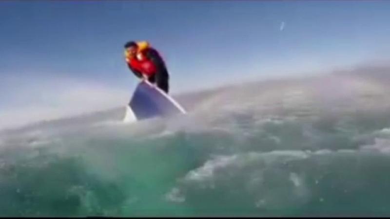 Momentul dramatic in care un migrant este scos din Marea Egee. Ce face barbatul in momentul in care ajunge la mal