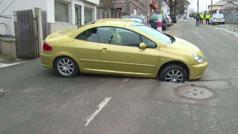 Reactia unui sofer din Pitesti, dupa ce o groapa formata in fata locului de parcare i-a