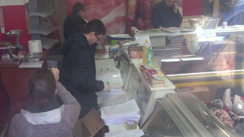 Doua tone de carne stricata gasita in magazine situate intr-o zona aglomerata din Constanta. Proprietarul a fost retinut